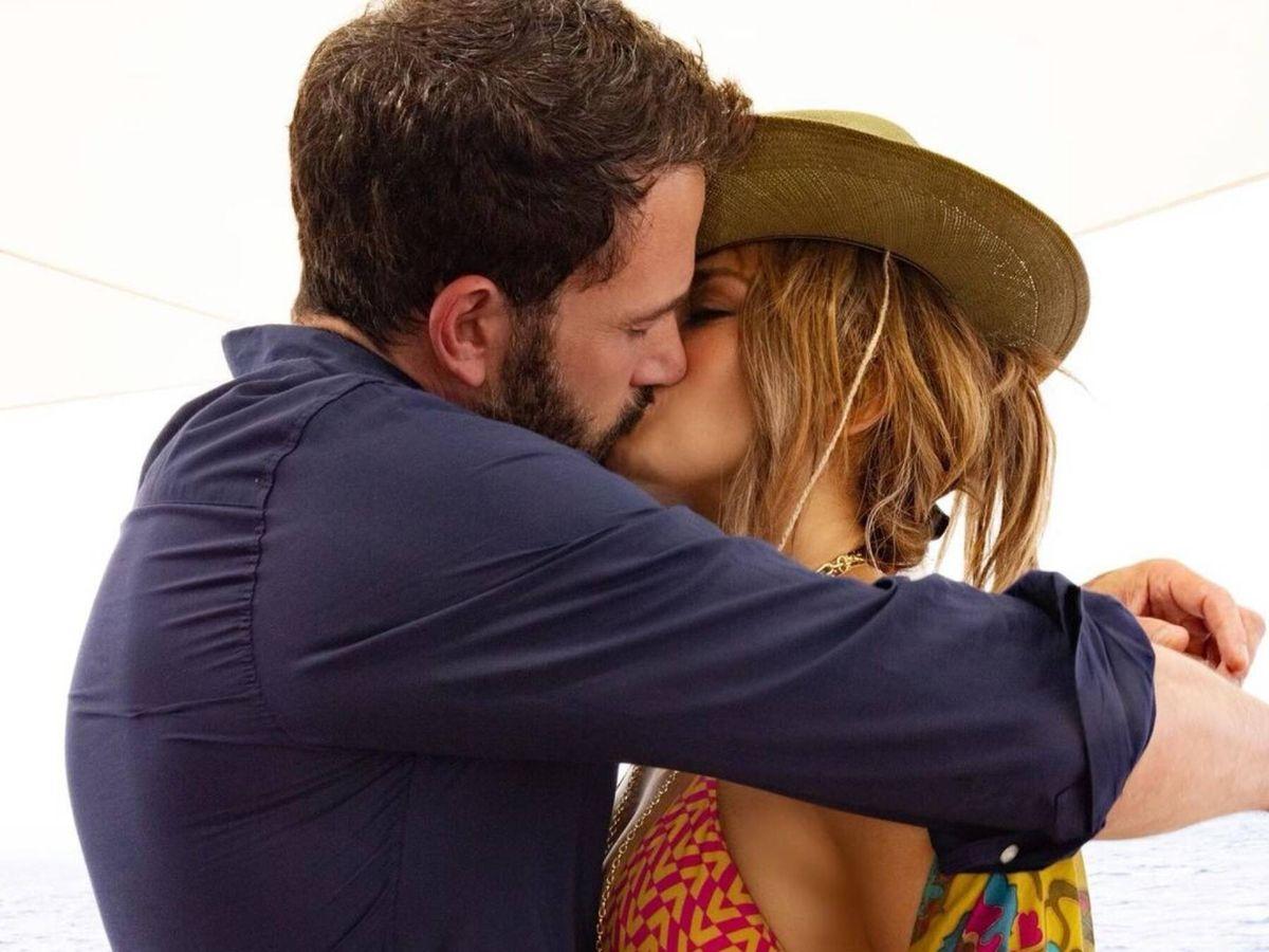 Foto: El beso de Ben Affleck y Jennifer Lopez con el que confirmaron la relación. (Instagram @jlo)