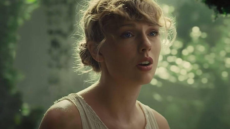 Taylor Swift, en el videoclip de 'Cardigan'.