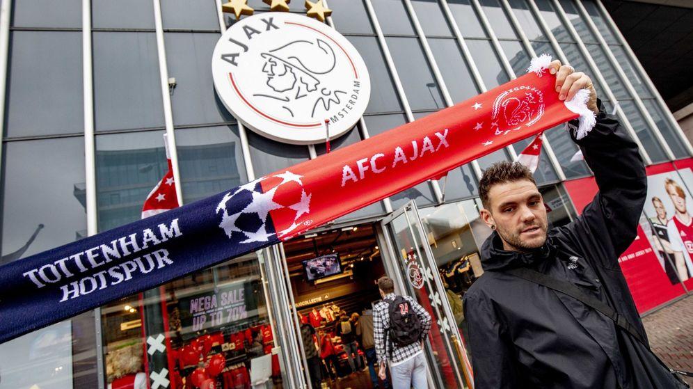 Foto: Aficionados del Ajax en el Johan Cruyff Arena. (Efe)