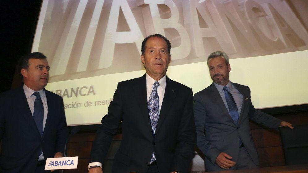 Foto:  El presidente de Abanca, Juan Carlos Escotet (c), en la presentación de las cuentas del primer semestre. (EFE)