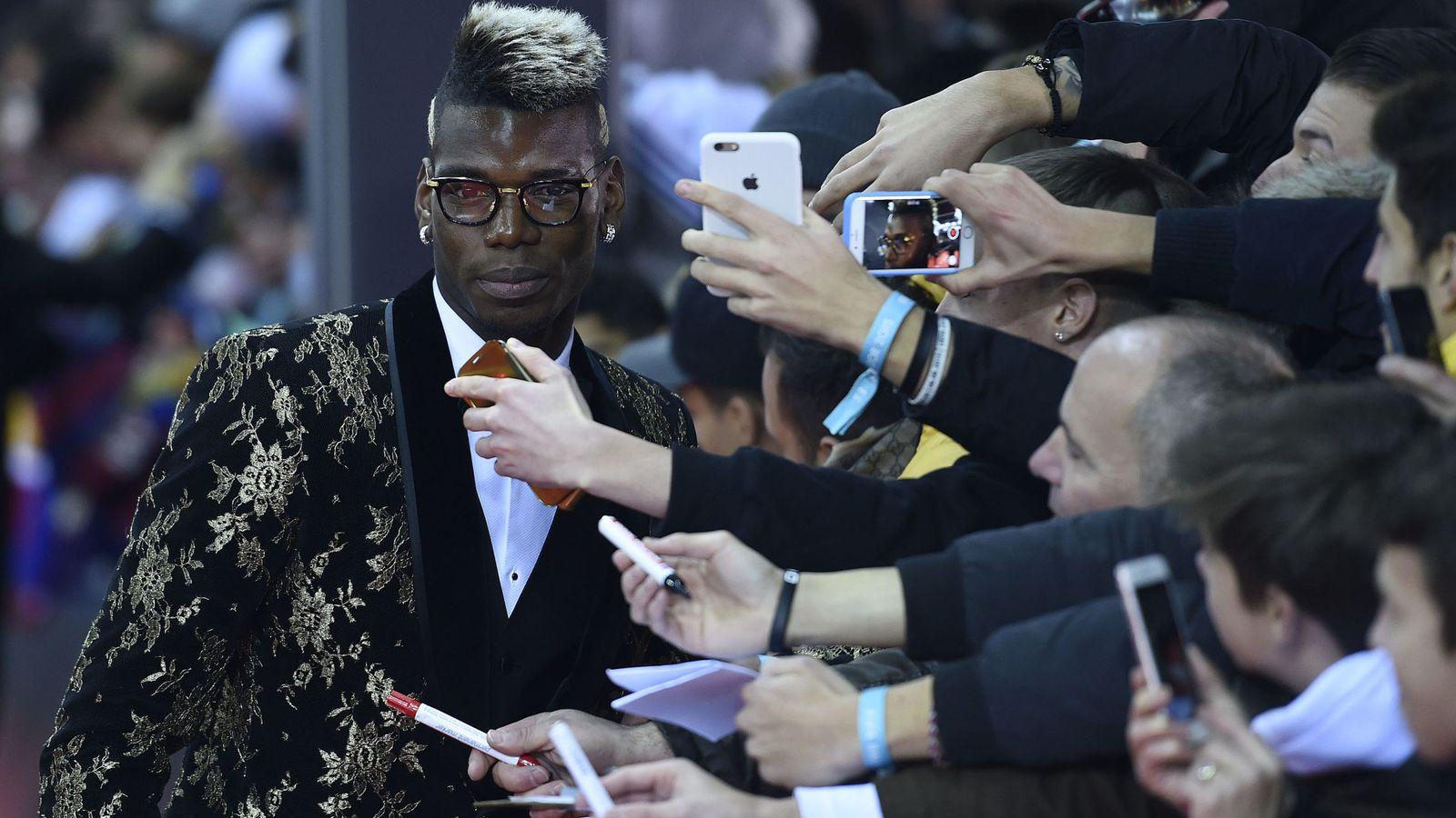 Foto: Paul Pogba posa con varios aficionados antes de la Gala de la FIFA (EFE)