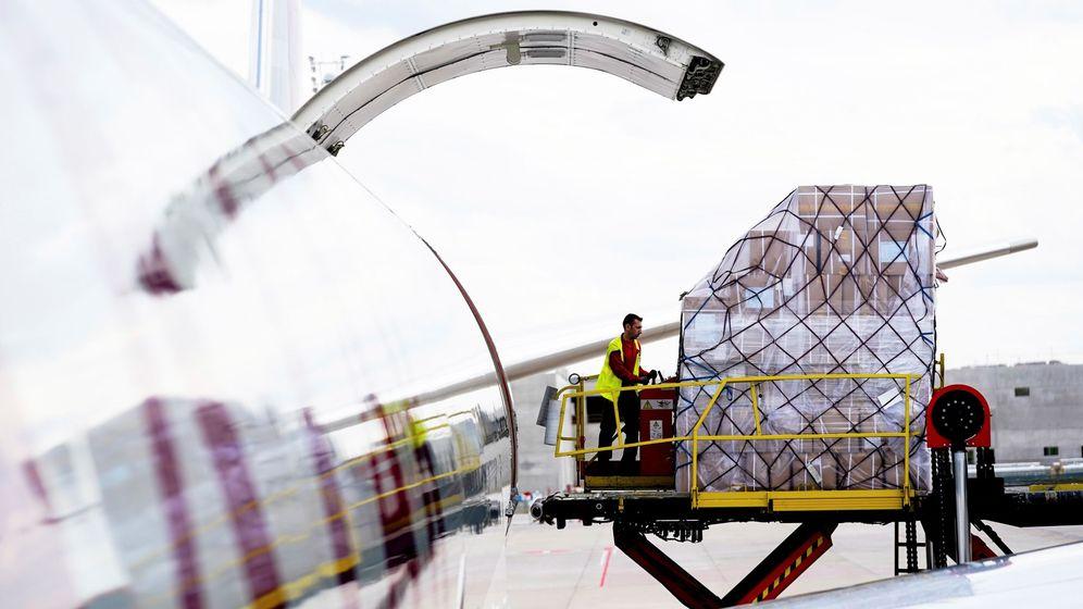 Foto: Un avión descargando material sanitario en el aeropuerto de Barajas. (EFE)