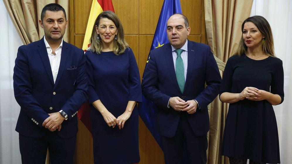 Foto: La ministra de Trabajo, Yolanda Díaz, junto a los responsables de los autónomos. (Efe)