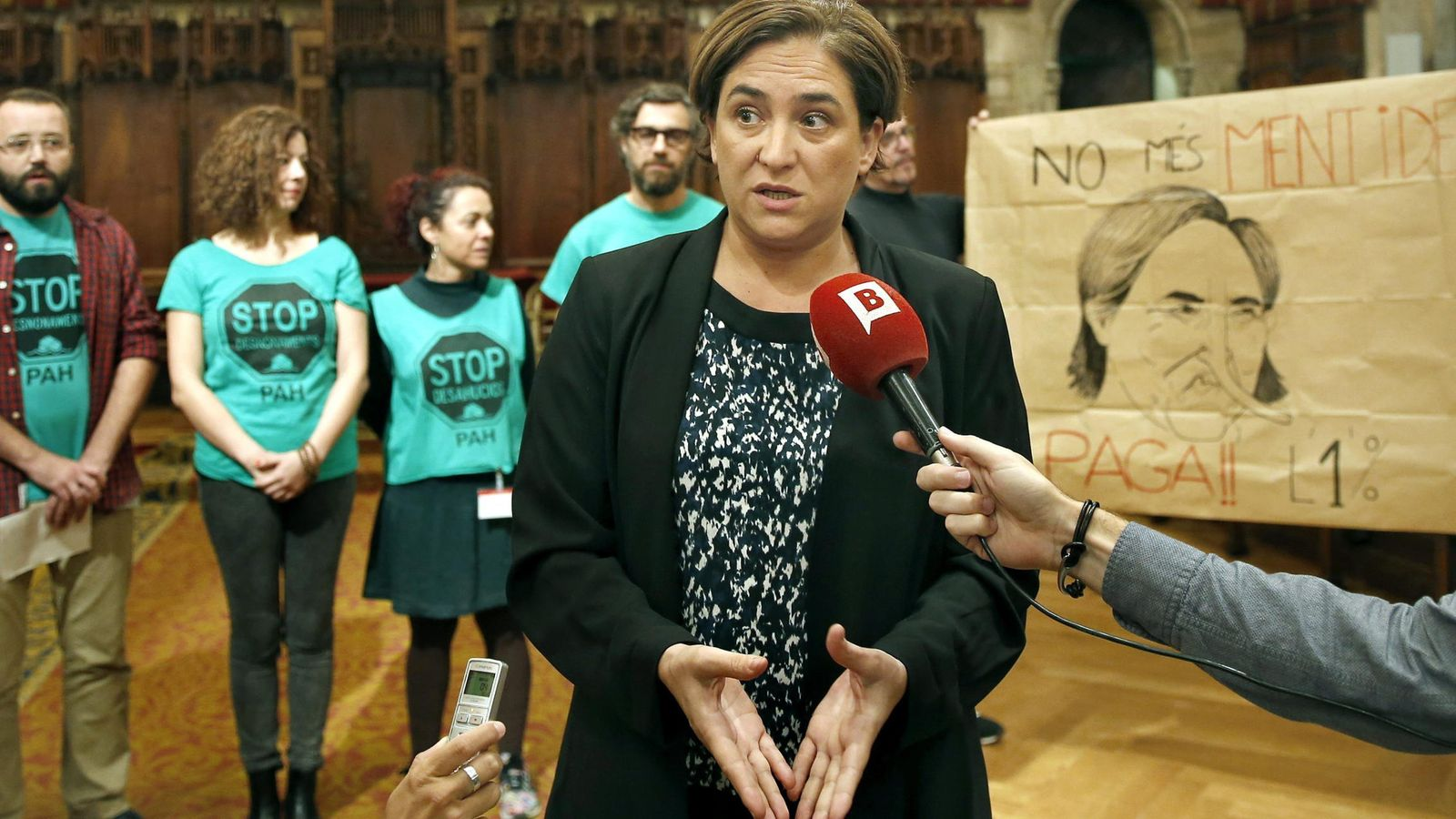 Foto: La alcaldesa de Barcelona, Ada Colau, junto a los representantes de la Plataforma de Afectados por la Hipoteca (PAH). (Efe)