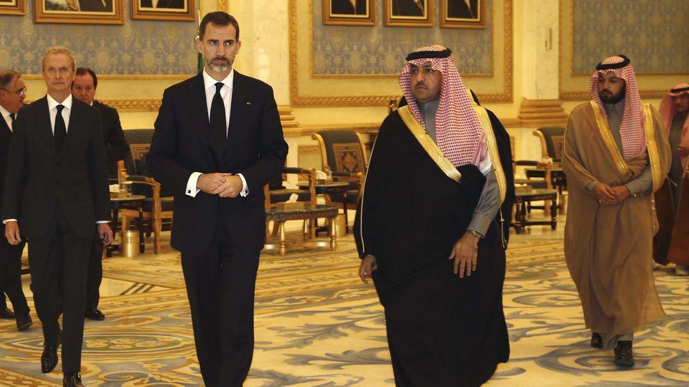 Foto: Felipe VI junto al gobernador de Riad, Turki bin Abdullah bin Abdulaziz Al Saud (2d), en 2015 a su llegada a la capital saudí para asistir a las exequias del rey Abdalá. (EFE)