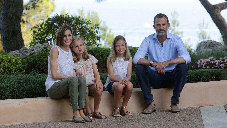 Posado de los Reyes con sus hijas en el Palacio de Marivent (Palma de Mallorca)