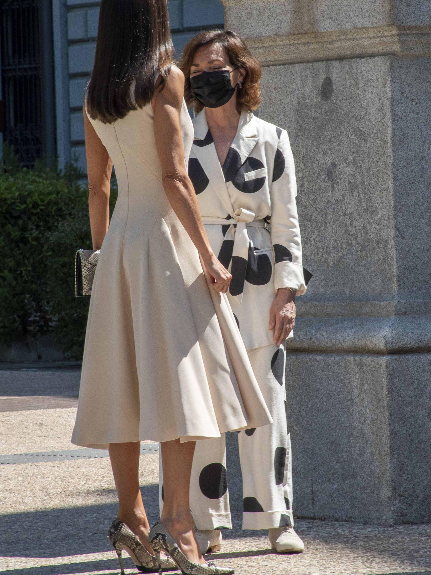 La Reina y Carmen Calvo.