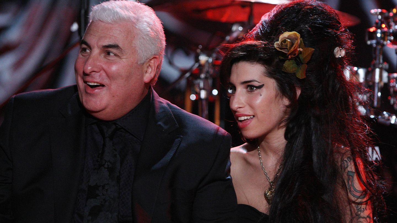 La cantante, junto a su padre, Mitch. (Wiki)