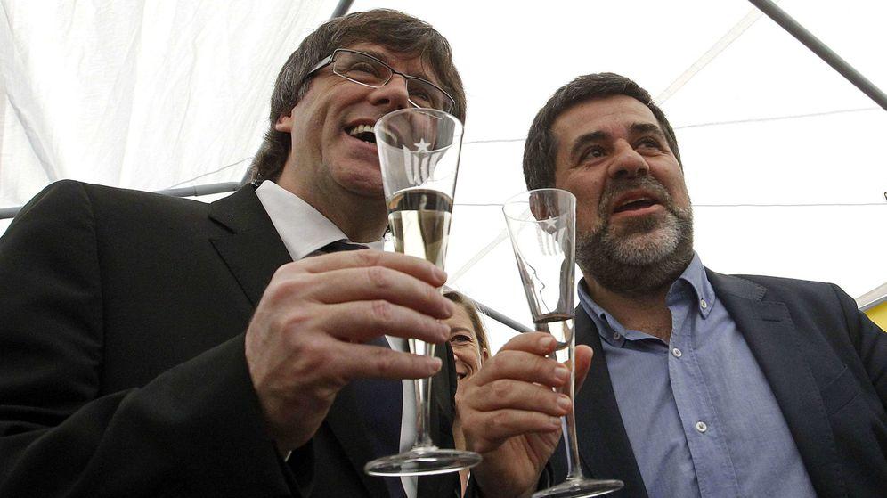 Foto: El expresidente de la Generalitat, Carles Puigdemont, junto al expresidente de la ANC, Jordi Sánchez, en la Diada. (Efe)