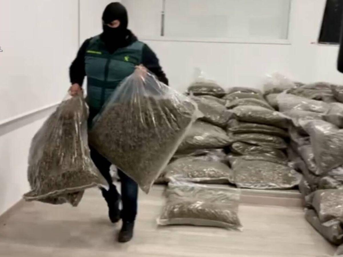 Foto: Un agente requisa la droga. (Guardia Civil)