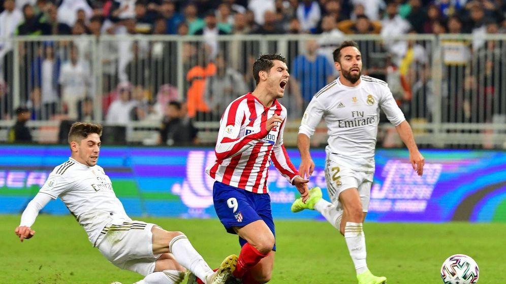 Foto: Momento en que Fede Valverde zancadillea a Morata en la final de la Supercopa de Arabia. (EFE)