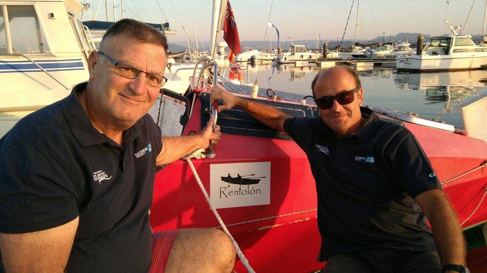 Foto: Jesús de la Torre (i) y Jorge Pena (d) posan con el bote con el que recorrerán 3.000 millas náuticas.