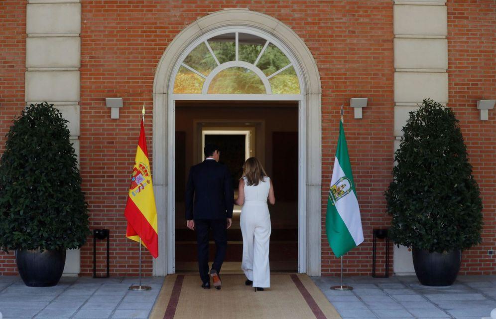 Foto: Pedro Sánchez y la presidenta andaluza, Susana Díaz, entran en La Moncloa para su reunión de este 23 de julio. (EFE)