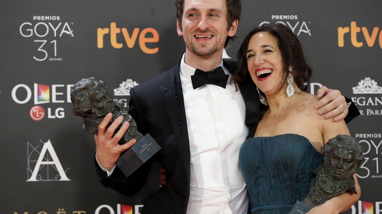 Foto: El actor y realizador Raúl Arévalo y la productora Beatriz Bodegas, los triunfadores de 'Tarde para la ira' (EFE Juanjo Martín)