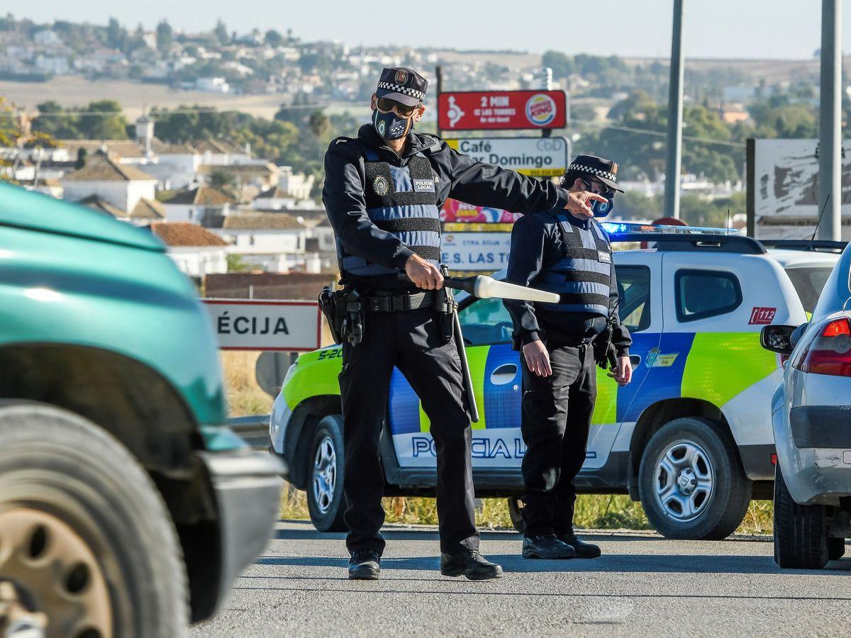 Foto: Control policial a la entrada de Écija, Sevilla. (EFE)