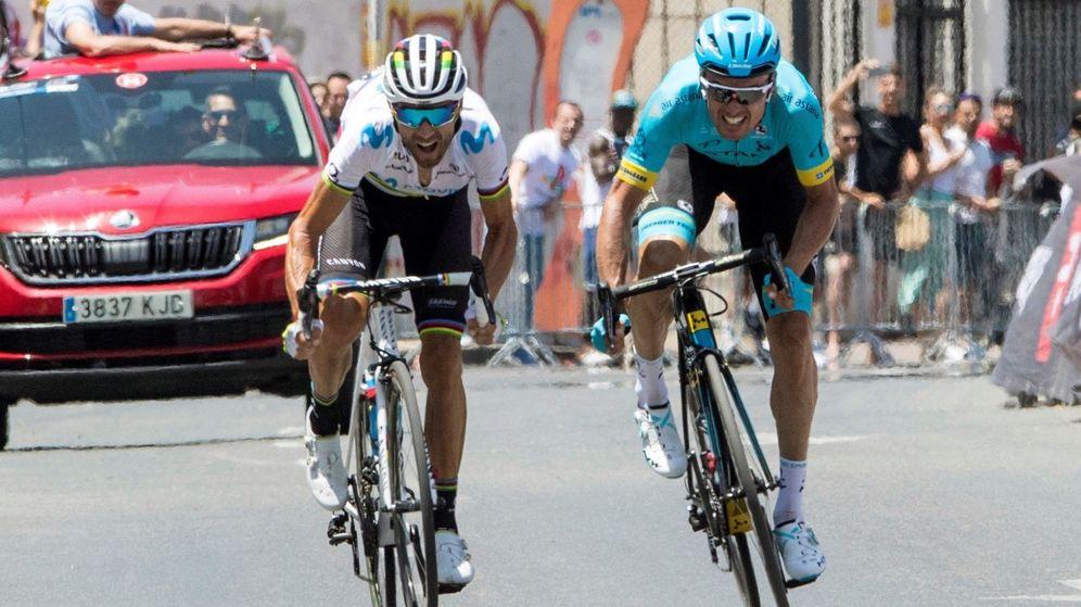 Foto: Alejandro Valverde superar a Luis León Sánchez en el Campeonato de España de Ruta celebrado en Murcia. (EFE)