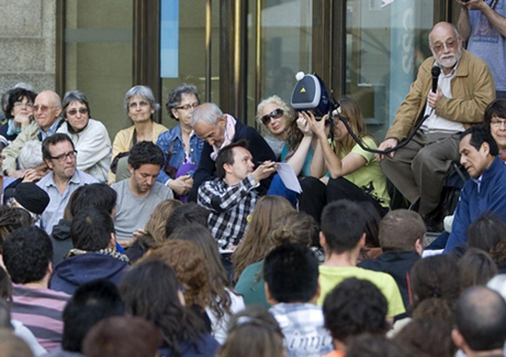 Foto: El catedrático de economía Arcadi Oliveres toma la palabra en una asamblea callejera sobre proceso constituyente.