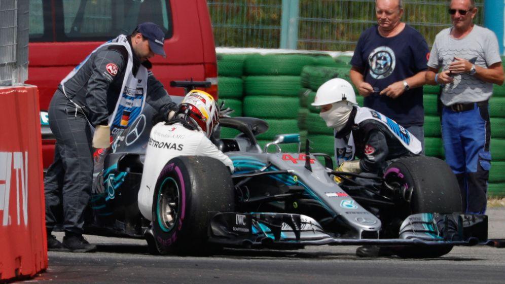 Foto: Hamilton desolado tras un fallo de su monoplaza en la Q1. (EFE)