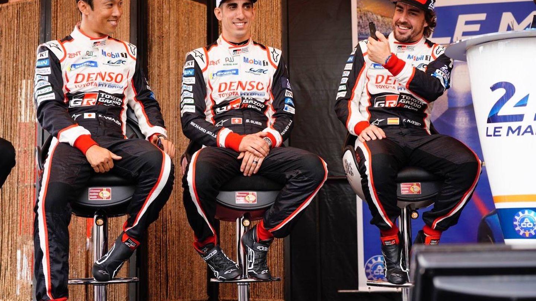 De izquierda a derecha: Nakajima, Buemi y Alonso, los pilotos del Toyota número 8 en el Mundial de Resistencia. (Javier Rubio)