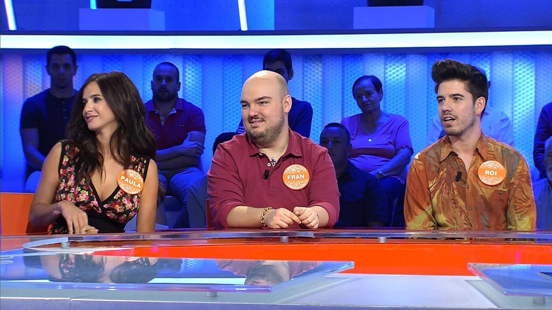 Fran González, junto a Paula Prendes y el cantante Roi. (Mediaset)