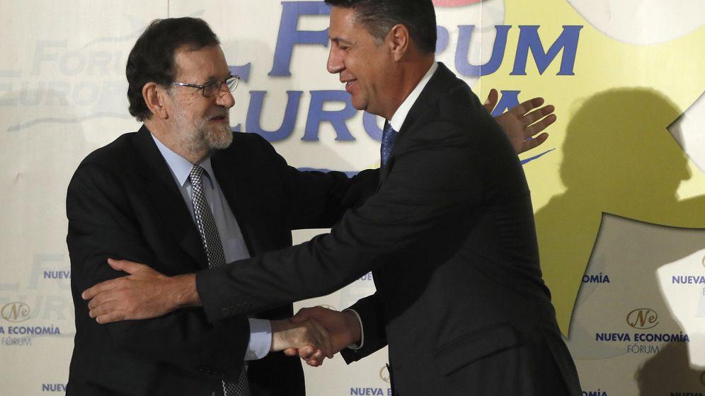 Foto: El presidente del Gobierno en funciones, Mariano Rajoy, saluda al líder del PP catalán, Xavier García Albiol, al inicio de un desayuno informativo del Fórum Europa. (Efe)