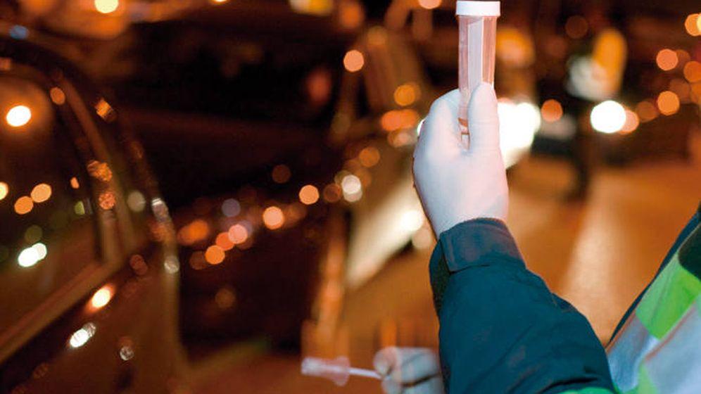 Foto: Los agentes de la Guardia Civil, realizando un test de drogas (DGT).