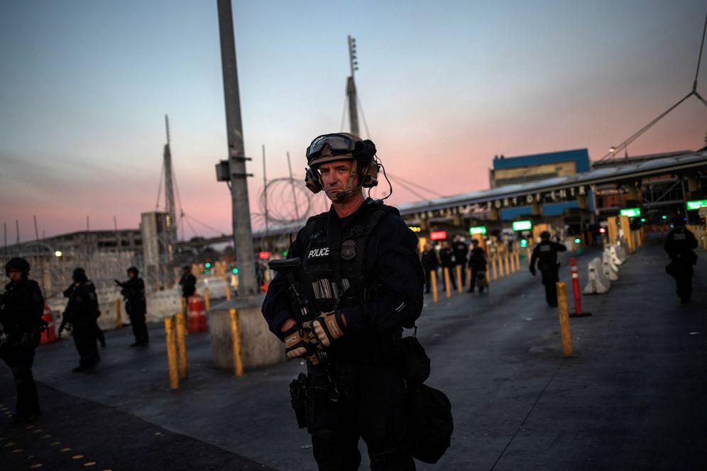 Foto: Fuerzas de seguridad estadounidenses en el paso fronterizo de San Ysidro, EEUU. (Reuters)
