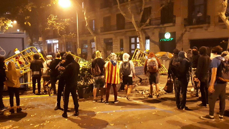 Imagen de los manifestantes formando las barricadas. (Rafael Méndez)
