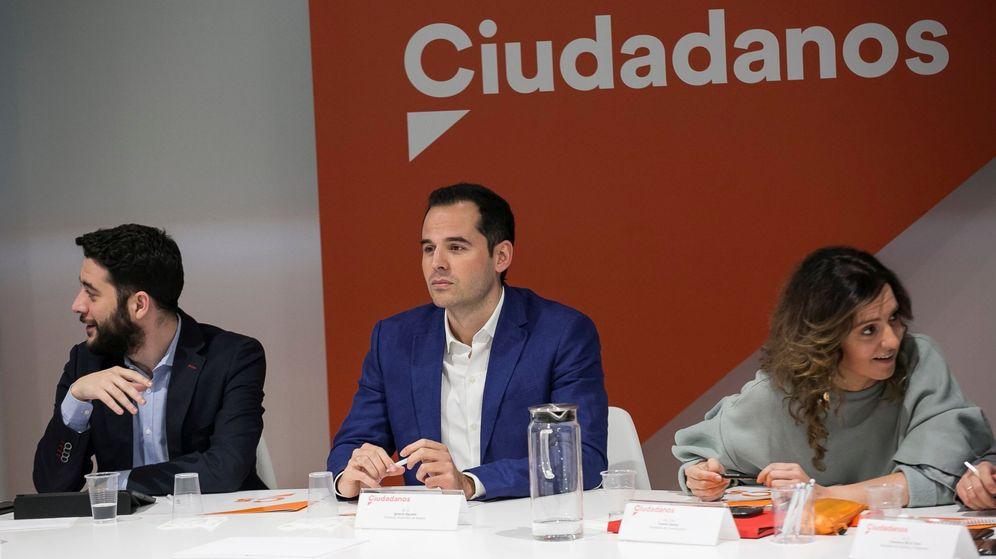 Foto: El portavoz de Ciudadanos en la Asamblea de Madrid, Ignacio Aguado (c). (EFE)
