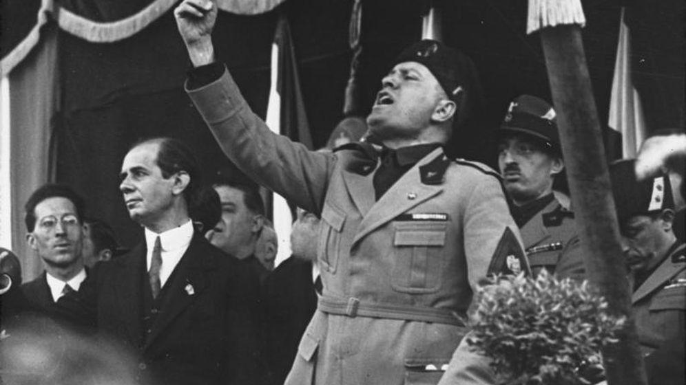 Foto: Discurso de Mussolini en Milán en mayo de 1930.
