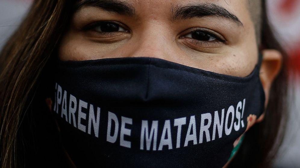 Foto: Una mujer viste un tapabocas con el lema 'Paren de matarnos'. (EFE)