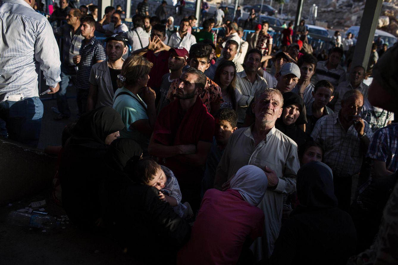 Foto: Refugiados sirios esperan para recoger sus pasaportes en la frontera libanesa de Masnaa (Foto: Diego Ibarra).