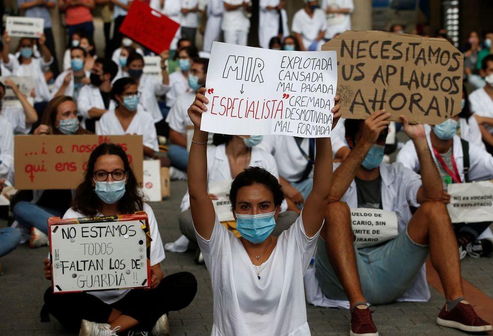 Foto: Manifestaciones a favor de los MIR en Barcelona. (EFE)