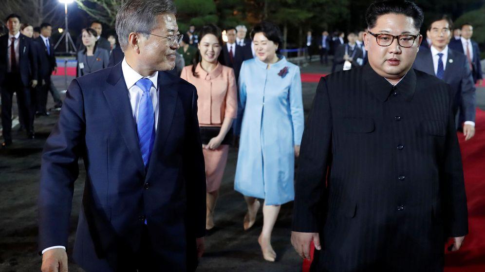 Foto: Los presidentes de Corea del Sur y del Norte, Moon Jae-in y Kim Jong-un, con sus esposas en la despedida de la cumbre. (Reuters)