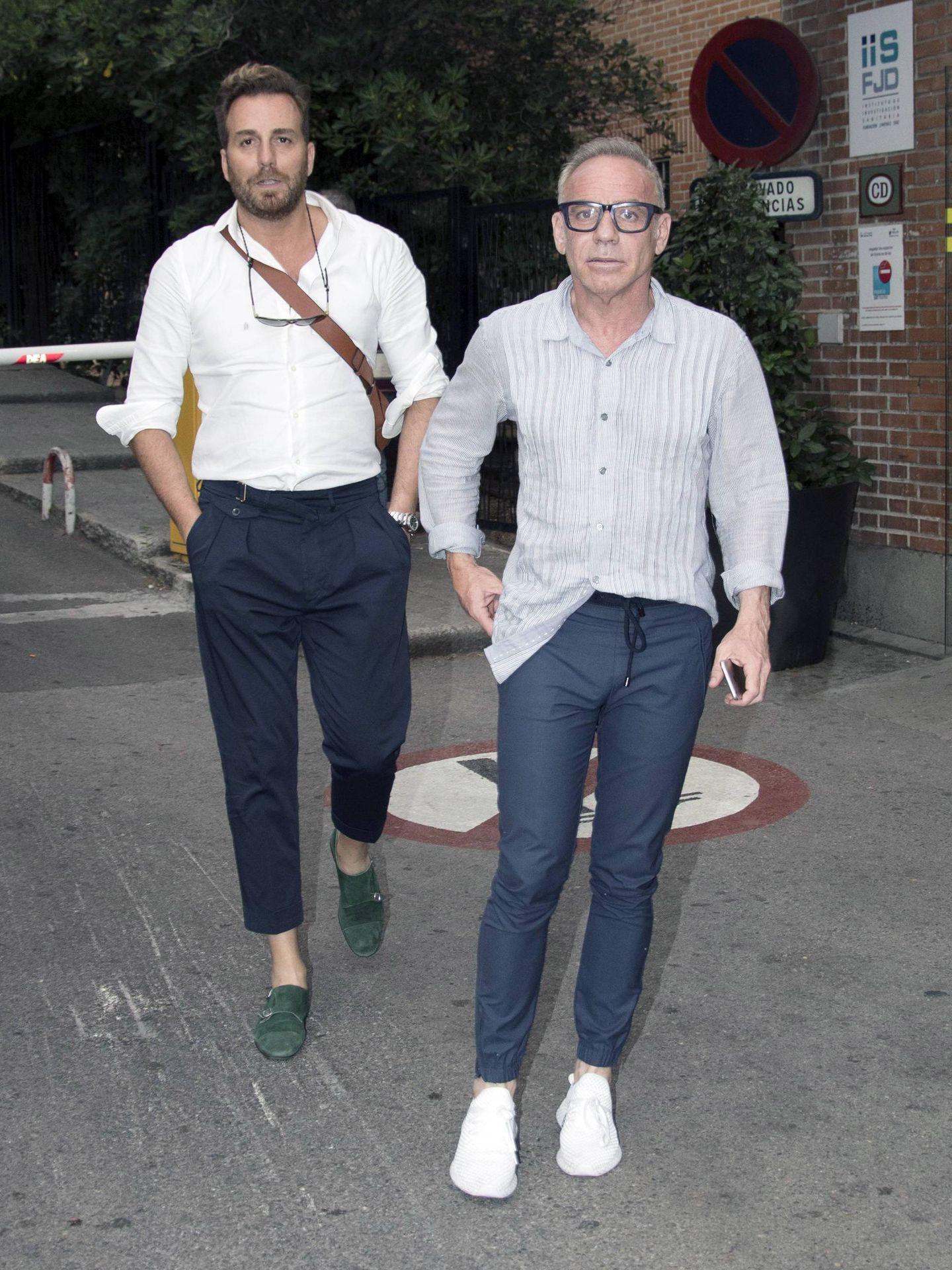 Raúl Prieto y Joaquín Torres, visitando a Terelu Campos. (Cordon Press)