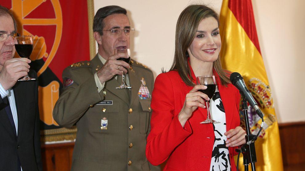 La Reina a un militar: Soy abstemia y me critican por no beber