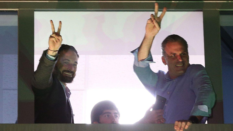 Santiago Abascal y Javier Ortega Smith,  triunfantes en la sede nacional de Vox en Madrid. (EFE)