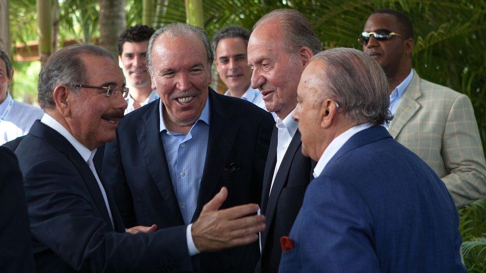 Foto: José Fanjul (segundo por la izquierda) le presenta a Don Juan Carlos a varios empresarios (Efe)