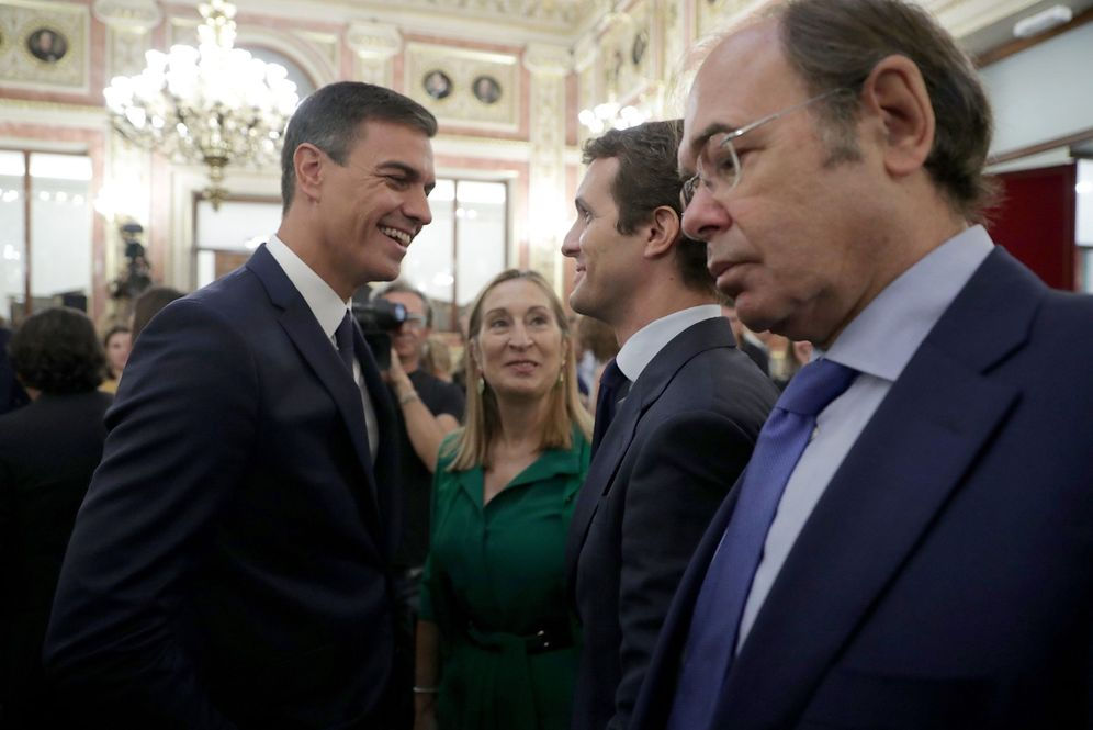 Foto: Pedro Sánchez charla con Pablo Casado y Ana Pastor, ante Pío García-Escudero, este 6 de septiembre en el Congreso. (EFE)