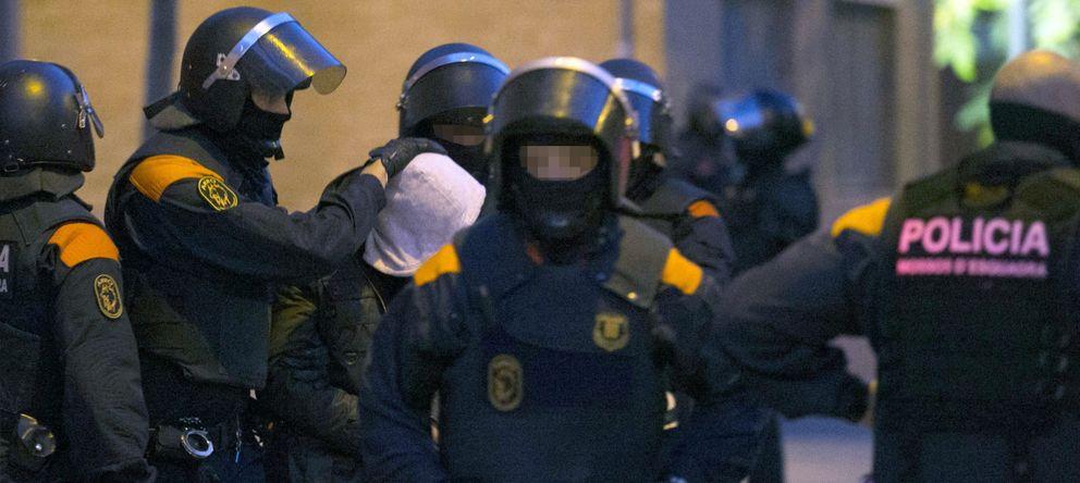 Foto: Efectivos de los Mossos d'Esquadra escoltan a un detenido. (EFE)