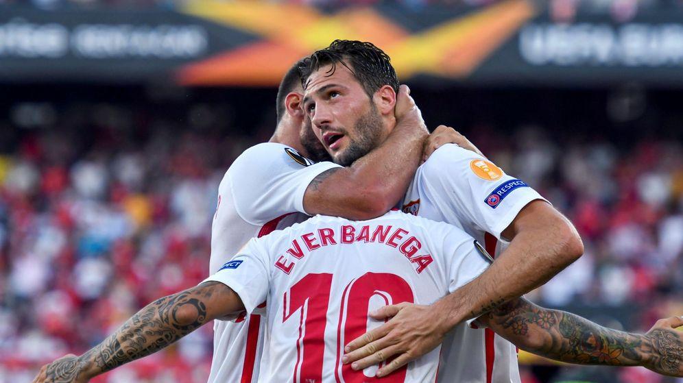 Foto: El Mudo Vázquez siendo abrazado por sus compañeros. (EFE)