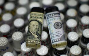El 'dólar fuerte' y la caída del crudo arrugan a las divisas emergentes