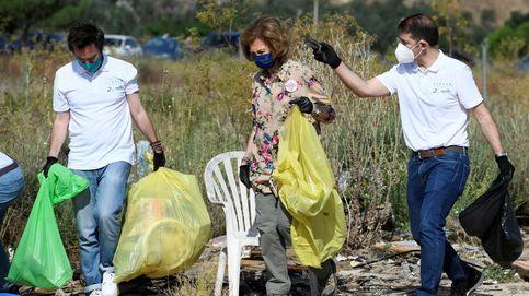 La reina Sofía se une, una vez más, a la recogida manual de basura