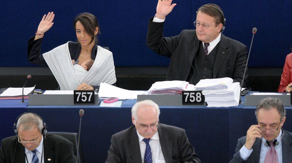Foto: La eurodiputada Licia Ronzulli (i) sostiene a su bebé dormido en brazos mientras vota durante la sesión plenaria mensual del Parlamento Europeo en 2010. (EFE)