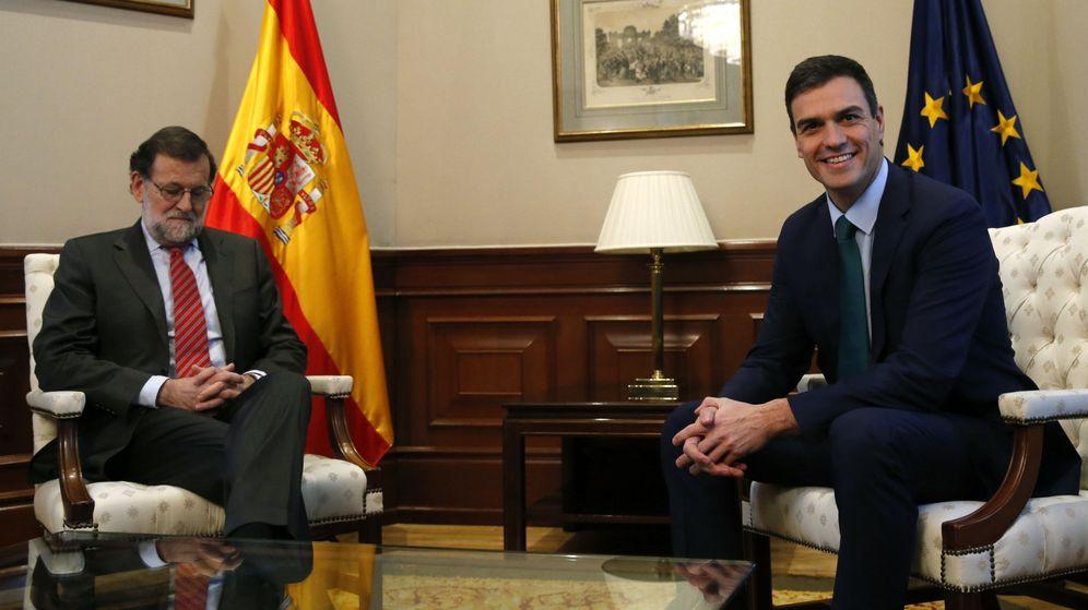 Foto: El presidente del Gobierno en funciones, Mariano Rajoy, y el líder socialista, Pedro Sánchez, durante una reunión en el Congreso. (EFE)
