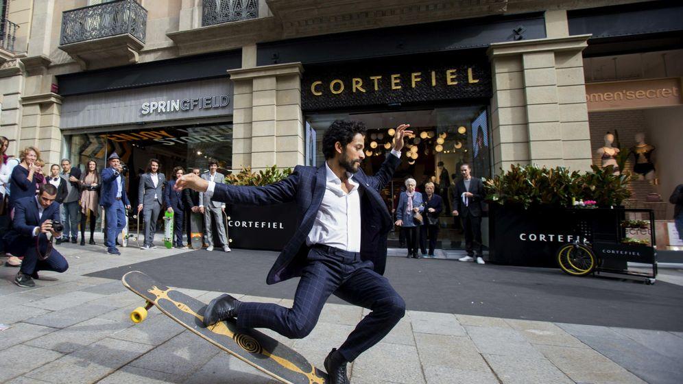 Foto: El 'skater' parisino Lofti Lamaali, imagen de Cortefiel para su sastrería de hombre, protagoniza una demostración delante de una de sus tiendas. (EFE)