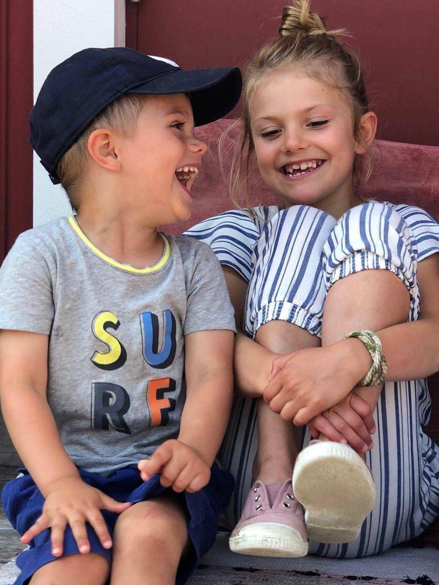 Estelle y Oscar, en una imagen del verano pasado tomada por la princesa Victoria. (Princesa Victoria / Kungahuset)