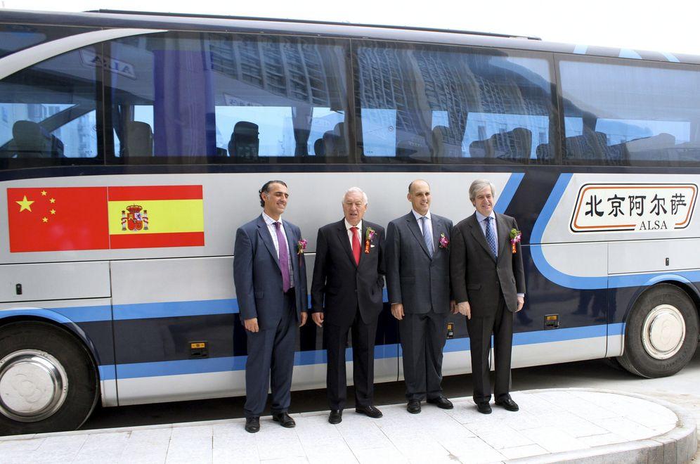 Foto: Foto de archivo de Andrés Cosmen, presidente de Alsa en China (2d), junto al ministro de Exteriores, José Manuel García-Margallo, durante la inauguración de un intercambiador del grupo español en Tiajnin (EFE)
