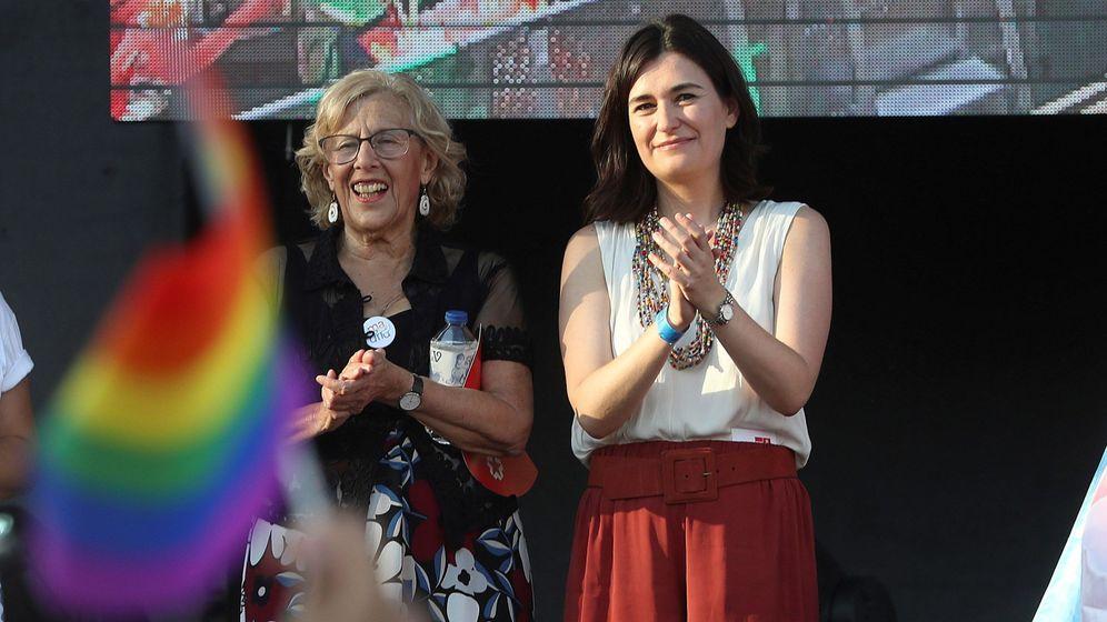 Foto: La alcaldesa de Madrid, Manuela Carmena, y la ministra de Sanidad, Carmen Montón, en la lectura del manifiesto. (EFE)