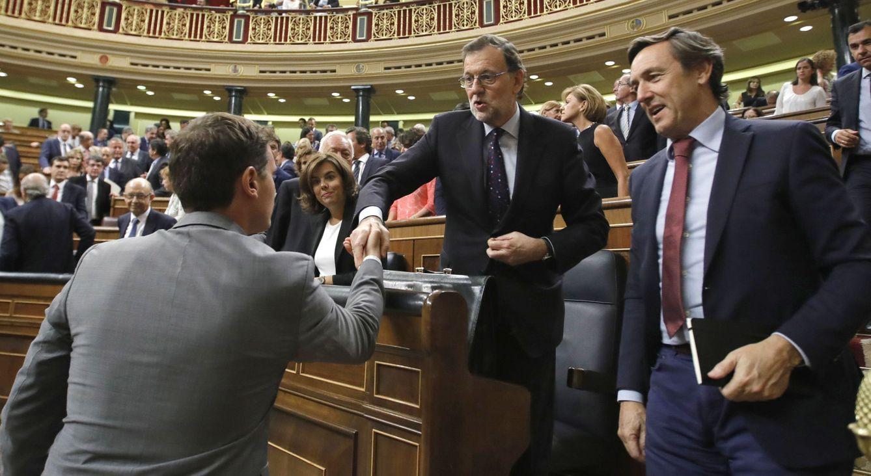 El presidente de Ciudadanos, Albert Rivera (i), saluda al candidato a la presidencia del Gobierno, Mariano Rajoy.